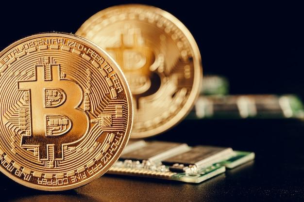 Bitcoin dourado e chip de computador Foto Premium