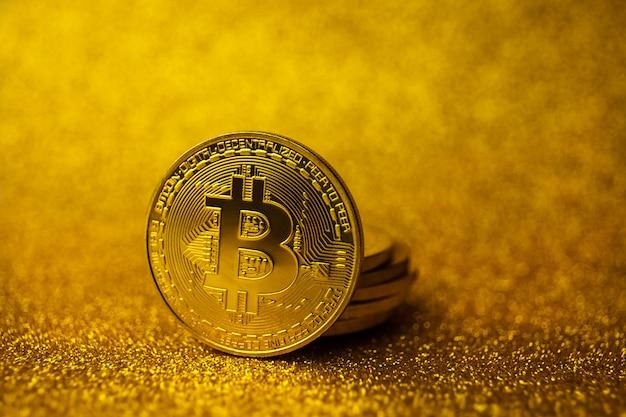Bitcoin dourado moedas pilha. tipo de conceito de finanças de negócios Foto Premium