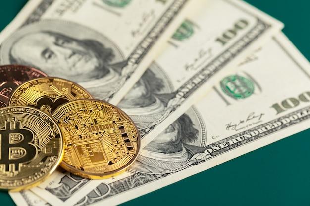 Bitcoin e dólares dourados Foto Premium