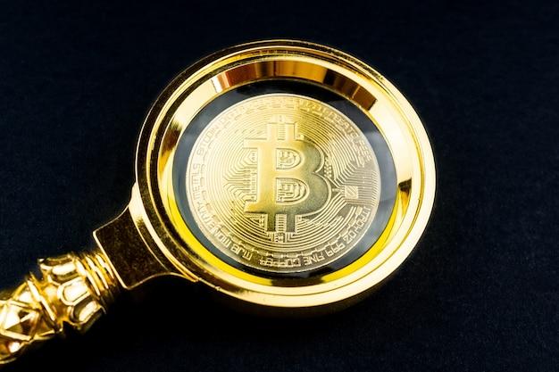 Bitcoin e lupa fundo preto Foto Premium