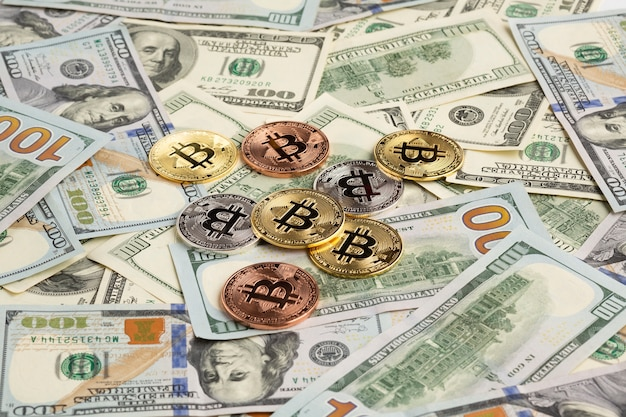 Bitcoin em cima de papel-moeda Foto gratuita