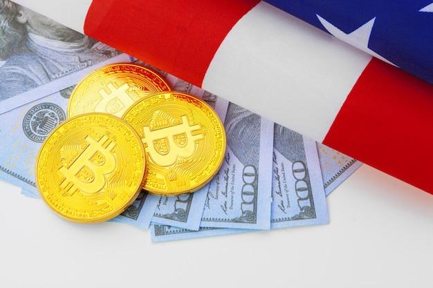Bitcoin moedas físicas na bandeira americana com dólares Foto Premium