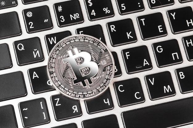 Bitcoin no teclado do laptop Foto Premium