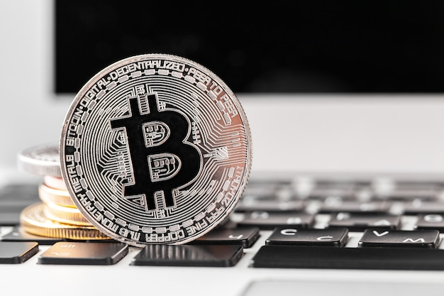 Bitcoin no teclado do laptop Foto Premium