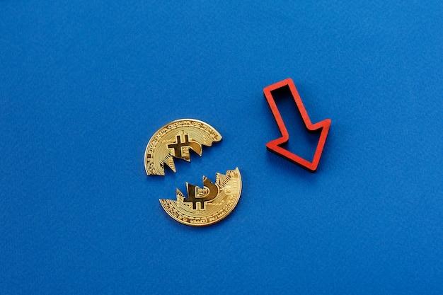 Bitcoin quebrado, cryptocurrency caindo com a seta vermelha Foto Premium