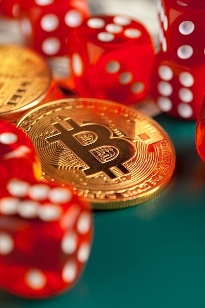 Bitcoins, dólares e dadinhos. Foto Premium
