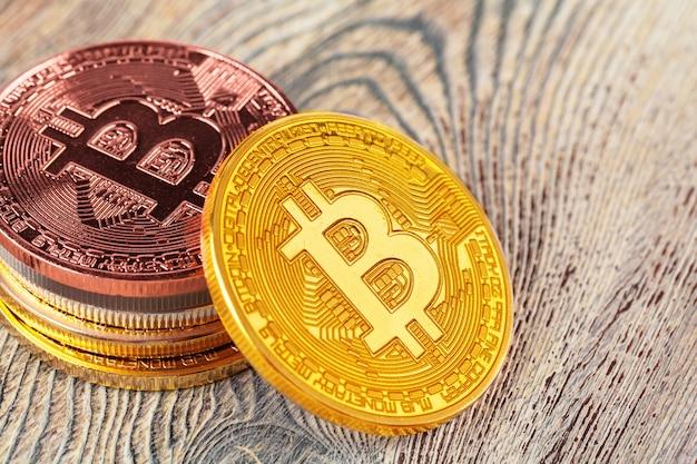 Bitcoins dourados na mesa de madeira. Foto Premium