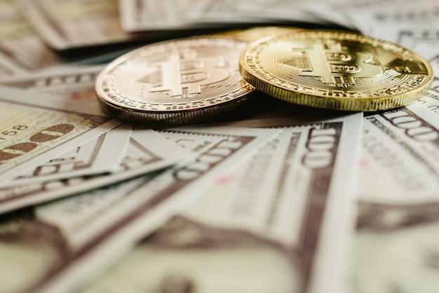 Bitcoins reais com um valor superior a centenas de dólares em contas. Foto Premium