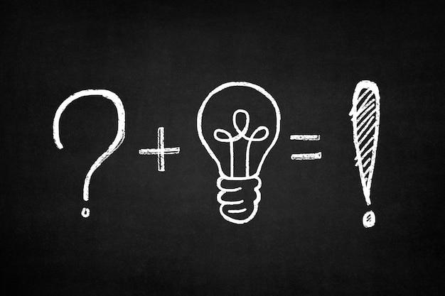 Blackboard com uma soma de um ponto de interrogação e uma lâmpada Foto gratuita