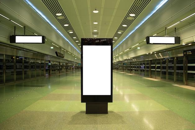 Blank billboard simulado acima do metrô para mensagem de texto ou conteúdo. Foto Premium