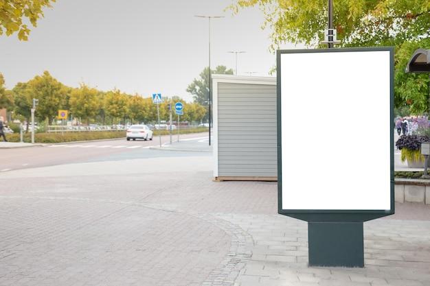 Blank billboard simulado na cidade para mensagem de texto ou conteúdo. Foto Premium