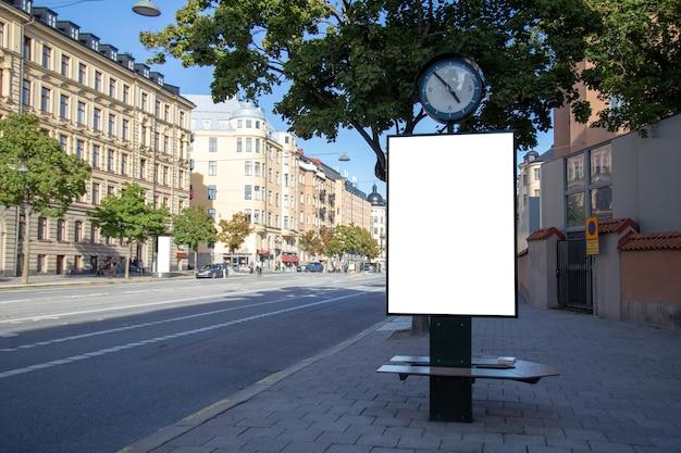 Blank billboard simulado na estrada da cidade para mensagem de texto ou conteúdo. Foto Premium