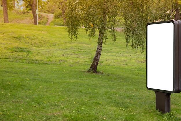 Blank billboard simulado no parque público para mensagem de texto ou conteúdo. Foto Premium