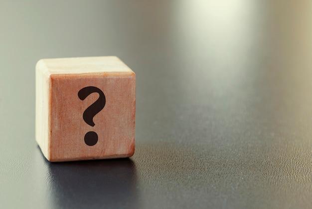 Bloco de brinquedo de madeira pequeno com ponto de interrogação Foto Premium