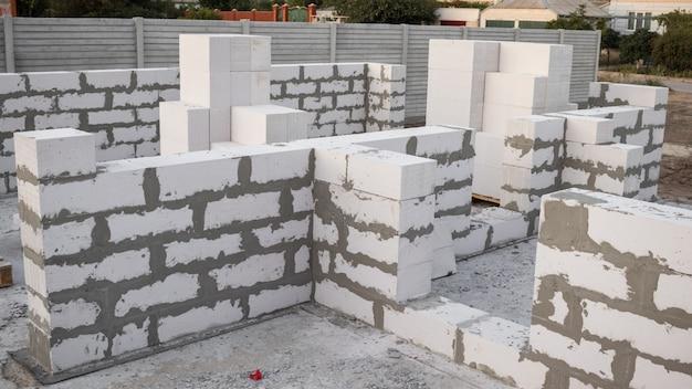 Bloco de concreto leve os tijolos usados na construção da nova série são populares. Foto Premium