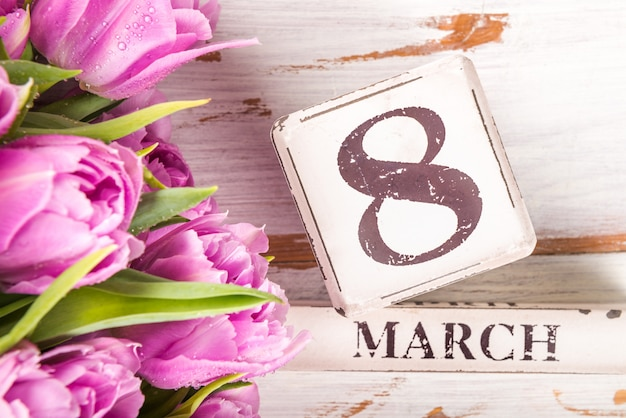 Bloco de madeira com data internacional do dia das mulheres, 8 de março Foto Premium