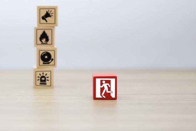 Bloco de madeira, empilhamento com ícones de fogo e segurança. Foto Premium