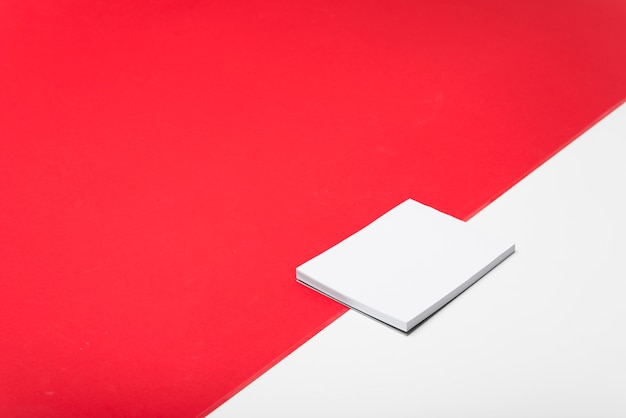 Bloco de notas branco em branco na mesa de luz Foto gratuita
