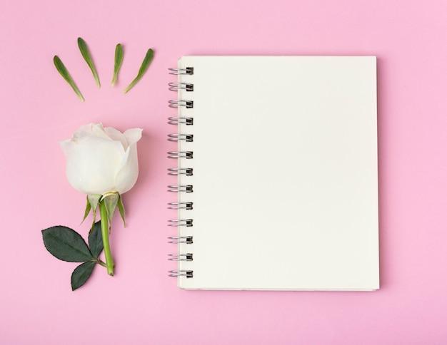 Bloco de notas de espaço vazio cópia com linda rosa Foto gratuita