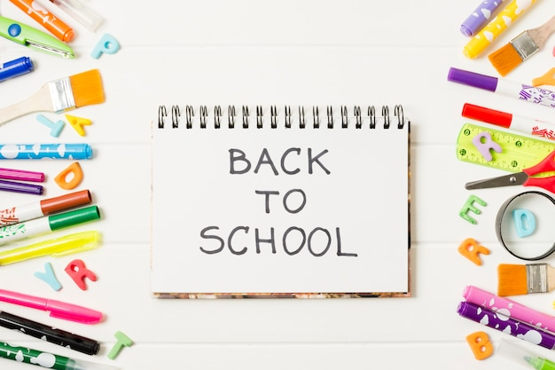 Bloco de notas de maquete plana leigos de volta à escola Foto gratuita