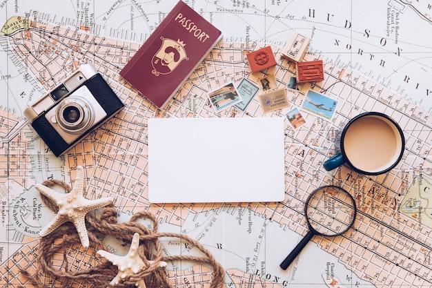 Bloco de notas e equipamento de viagem Foto gratuita