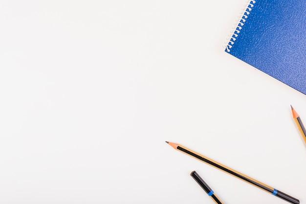 Bloco de notas e lápis à esquerda Foto gratuita