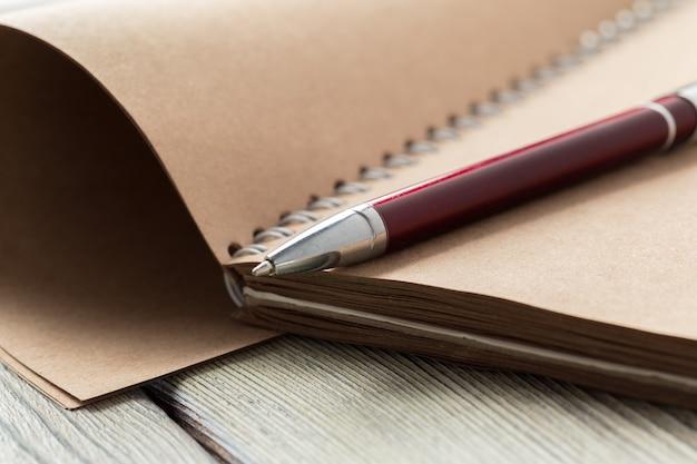 Bloco de notas e óculos em cima da mesa Foto Premium