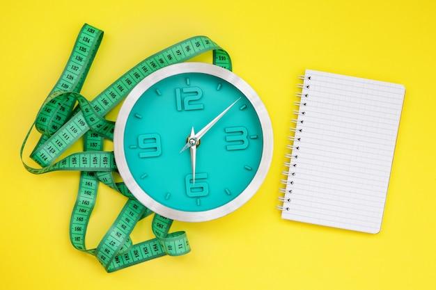 Bloco de notas em branco para escrever e fita centimétrica Foto Premium