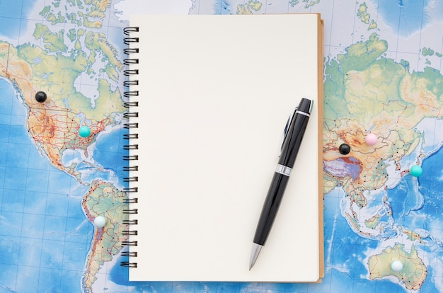 Bloco de notas em branco para memórias de viagem Foto gratuita
