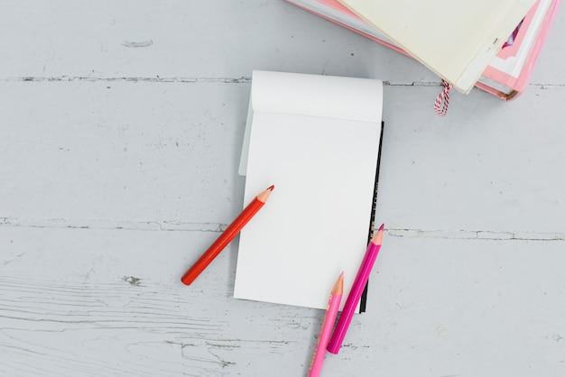 Bloco de notas em cima da mesa Foto gratuita