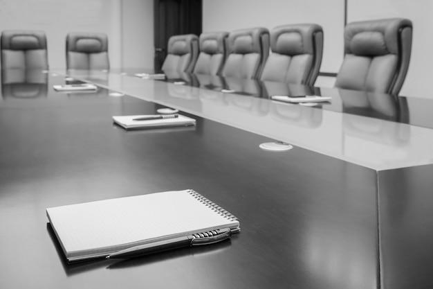 Bloco de notas em uma mesa Foto Premium