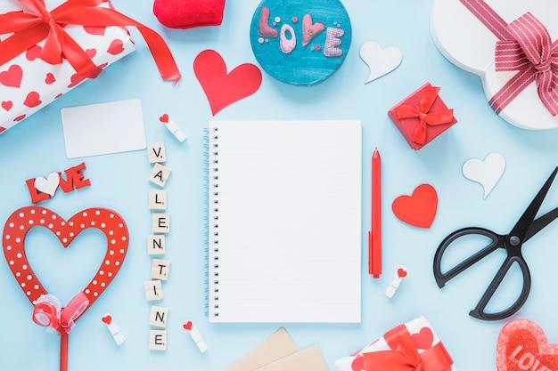 Bloco de notas entre o título dos namorados e decorações diferentes Foto gratuita