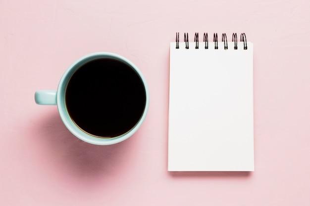 Bloco de notas simulado com xícara de café Foto gratuita