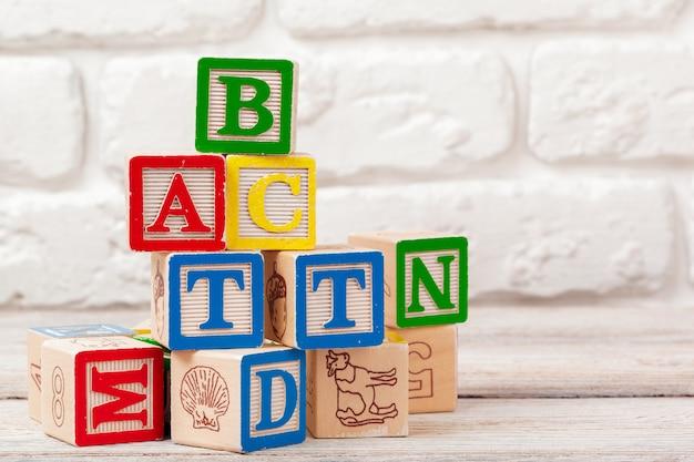 Blocos de brinquedo de madeira com o texto: abc Foto Premium