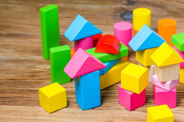 Blocos de construção em fundo de madeira, blocos de construção coloridos de madeira Foto gratuita