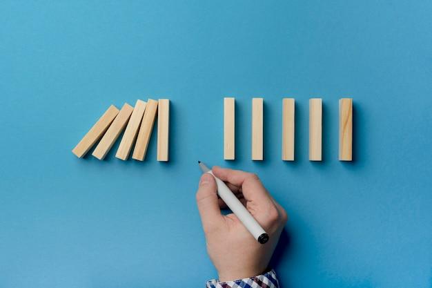 Blocos de madeira caindo com pausa Foto gratuita