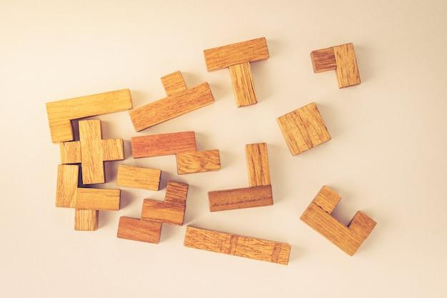Blocos de madeira de diferentes formas em fundo branco Foto Premium