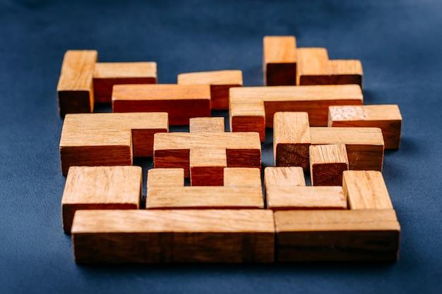 Blocos de madeira de diferentes formas geométricas sobre um fundo escuro Foto Premium