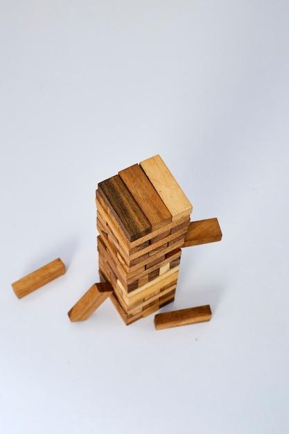 Blocos de madeira no fundo branco Foto Premium