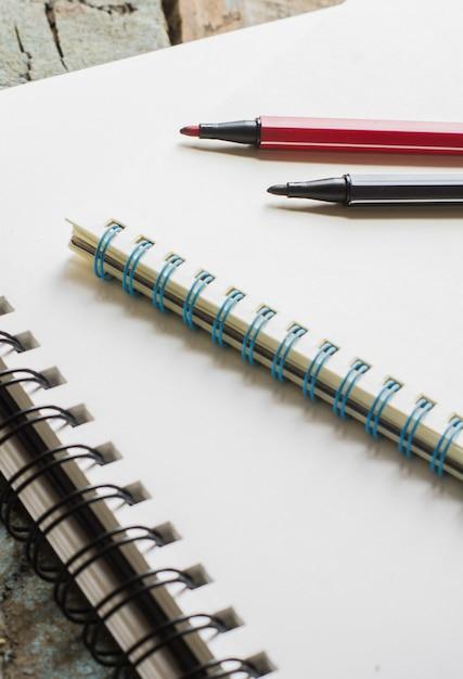 Blocos de notas e canetas Foto Premium