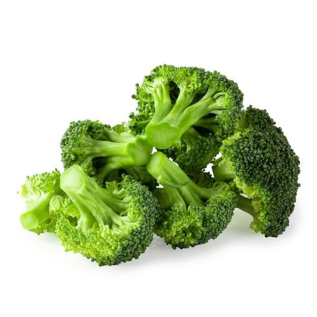 Blocos frescos dos bróculos para cozinhar isolados sobre o fundo branco. Foto Premium