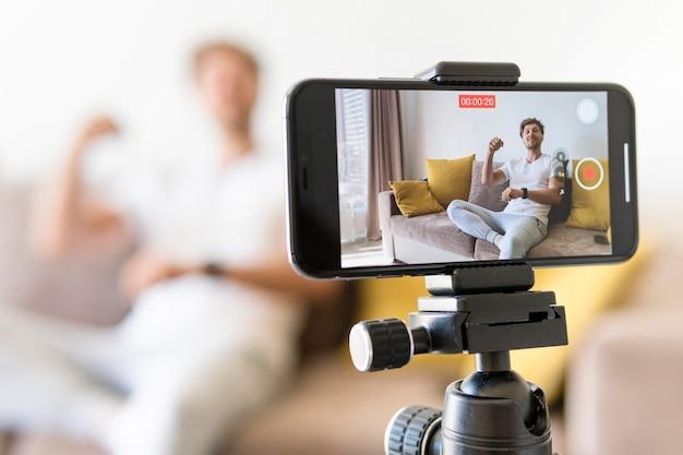Blogger de gravação de celular em close-up Foto Premium