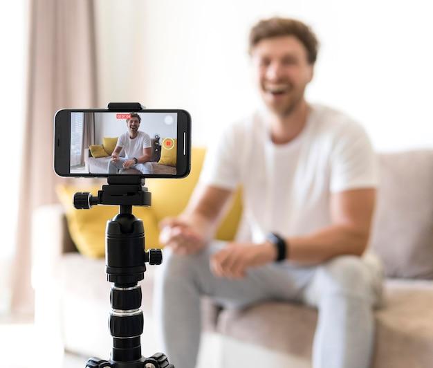 Blogger de gravação de celular móvel close-up Foto gratuita
