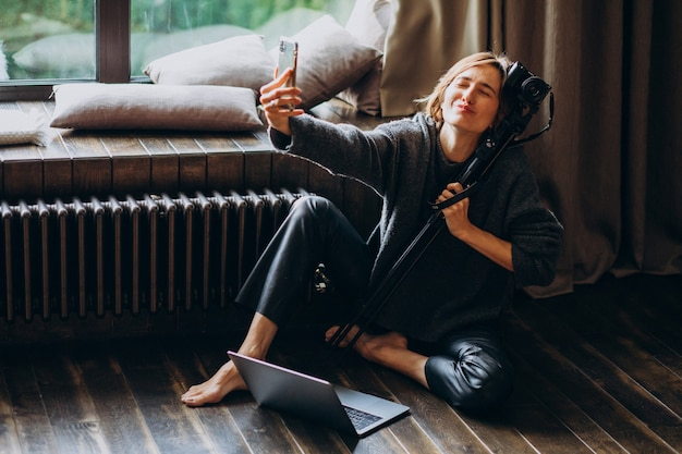 Blogger de vídeo de mulher filmando novo vlog Foto gratuita
