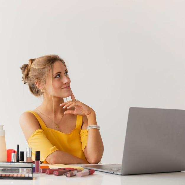 Blogger de vista frontal pensando em novas idéias Foto gratuita