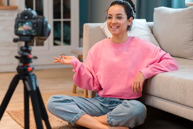 Blogger feliz em gravar vídeo em casa Foto gratuita
