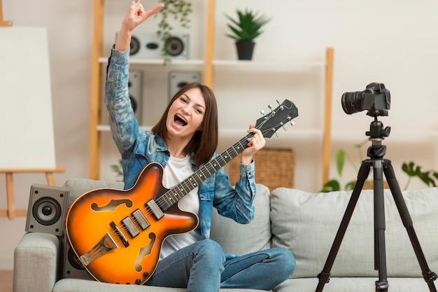 Blogger feliz em gravar videoclipes em casa Foto gratuita