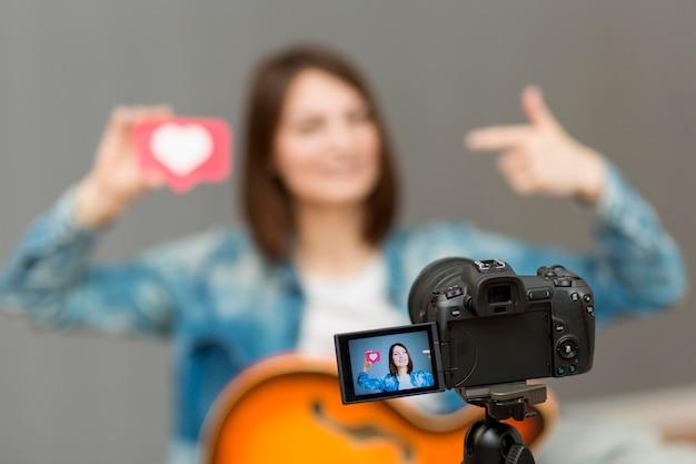 Blogger gravando videoclipes em casa Foto gratuita