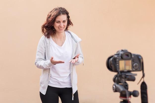 Blogueira morena gravando a rotina de yoga Foto gratuita