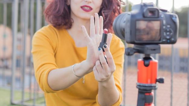 Blogueira morena mostrando produtos cosméticos Foto gratuita